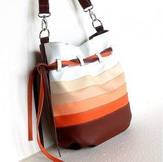 Ležérna, športovo-elegantná, praktická, priestranná taška. Je vyrobená z oranžovej a hnedej koženky rôznych odtieňov. - skutočne veľká vaková taška- svieži design, premyslené detail...