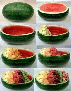 Dégradé de salade de fruit dans une pastèque. Le parfait dessert d'été!