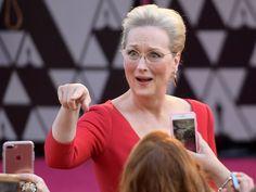 Oscary 2018 zostały wręczone, a 90. ceremonia rozdania nagród Akademii przeszła już do historii. Podczas uroczystej gali w Dolby Theater nie zabrakło wzruszeń i podniosłych momentów, ale równie wiele działo się poza światłami reflektorów - w kuluarach i na korytarzach. Zobaczcie zdjęcia zza kulis ceremonii Oscarów, na których możecie zobaczyć gwiazdy z bardziej spontanicznej i naturalnej strony.
