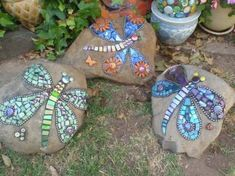 mosaic rocks with butterflies and dragonflies garden art projects Learn How To Mosaic a Rock Mosaic Garden Art, Mosaic Art, Mosaic Glass, Mosaic Tiles, Stained Glass, Mosaic Rocks, Mosaic Stepping Stones, Rock Mosaic, Mosaic Crafts