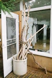 Decorating your home with driftwood is a wonderful and eco-friendy idea since you are re-purposing old wood; have a look at some nature-inspired ideas. Porch Garden, Patio, Porch Decorating, Decorating Your Home, Driftwood Furniture, Diy Pallet Projects, Wood Projects, Kinfolk, Slow Living