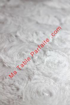 Focus sur la texture façon fourrure du Chemin de Table Noel blanc polaire.  Disponible dans la Box Déco de Table Noel Rouge et Blanc, en Laponie  (édition ... dfaba152bc6