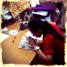 Impresionado al ver como con formación, emprendimiento y algo de riesgo, las cosas funcionan... y 68 mujeres se ganan la vida dignamente en el primero de los talleres textiles que visitamos en Manila, apoyado por Taller de Solidaridad... FAIR TRADE