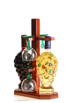 A bor minden alkalomra kiváló ajándék, főleg, ha az igazán ízléses, szép, és a díszüveg önmagában is az otthon vagy iroda éke maradhat emlékeztetve az ajándékozóra. Két különböző bor - Mátrai Cabernet Sauvignon és Tokaji Furmint - 4 pohárral fatartóban karácsonyra, vagy házassági évforulóra szánva is kitűnően megállja a helyét. Bor, Minden, Cabernet Sauvignon, Perfume Bottles, Beauty, Perfume Bottle, Beauty Illustration