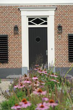 www.hendrikshoveniers.nl Voordeur - Voortuin - Bloemen - Beplanting - Moderne tuin - Houten schutters -