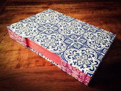 Caderno costura Longstitch com capa em tecido de algodão. Essa estampa de azulejo português tem sido uma das queridinhas dos clientes! Um caderno diferente que combinado com a cor vermelha dos papéis trouxe um visual único!