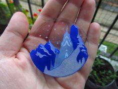 Création originale. Broche Frozen / La Reine des neiges. Existe aussi en collier. Disponible sur Etsy.