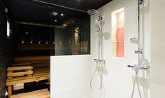Kylpyhuone, sauna ja kodinhoitohuone, n. 25 m². Remontissa uudistettiin omakotitalon alakerrassa olevat tilat täysin. Kylpyhuoneeseen ja saunaan asennettiin poikkeuksellinen ja tunnelmallinen musta paneelikatto. Veikeän säväyksen tilaan antaa punainen mosaiikkitehoste.  Suihkujen väliin rakennettiin shampookotelo, johon on upotettu lasihyllyt. Kaikki ulkokulmat jiirattiin, jotta lopputulos on viimeistelty.