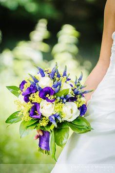 Bruidsboeket in paars, blauw, crème en zachtgroene tinten. Rozen, blauwe druifjes, paarse winde.