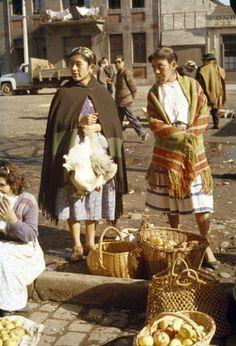 Niñas Mapuche vendiendo frutas y aves frente a la Estación de trenes de Temuco, año 1960.