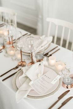 Calling all luxe brides! This Toronto crisp white wedding editorial is everything we dreamed of when it comes to elegant, crisp, luxe wedding that is still warm and inviting but totally modern and romantic -- come dive on in on ruffledblog.com