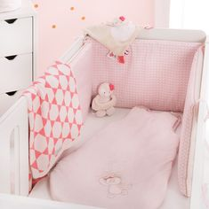 Gigoteuse en toute sécurité! Tout beau tout rose ! Craquerez-vous aussi pour cette gigoteuse rose bonbon? #gigoteuse #gigoteusebebe #couleurs #pink #rose #babypink #sweetpink #girly #babyroom #ootd #bébé #baby #Noukies #garçon #littlegirl #babygirl #sweetdreams #fille #petitefille #slaapzak #sleepingbag #nightwear #babysleep #babyaccesoiries #cocon #nursery #babybedroom #babynursery #roombaby #newborn #doublegaze #naissance #inspiration #idea Tout Rose, Daisy, Minky Baby Blanket, Girly, Toddler Bed, Kids Room, Pink, Nursery, Furniture