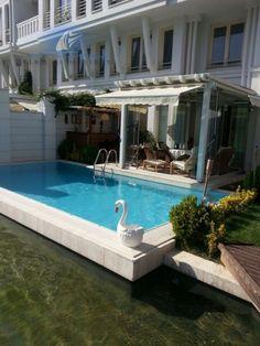 Eşsiz ülkemizin önemli şehirlerinden olan Bursa'da bulunan bu günlük kiralık Villa Yasemin özel havuzu özel iskelesi ile size ayrıcalığınızı hissettirecek mimari yapısı ile 3+1 oda ve 6 kişilik kapasitesi ile hizmet vermektedir.Eşsiz dekoru ile dergi kapaklarını süslemiş olan Yalı Yasemin İstanbul vari mimari yapısı ve göle sıfır konumu ile sıcak yaz günlerinde serin bir şekilde özel bahçenizde oturmanın keyfini yaşatmaktadır.Villa Yasemin Bursa portföyümüzde en çok talep edilen haftalık…