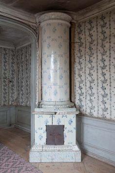 Renshammar Scandinavian Fireplace, Scandinavian Style, Swedish Style, Swedish Design, Wall Wallpaper, Pattern Wallpaper, Living Room Seating, Wall Patterns, Old Houses