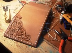 Leather Carving, Leather Tooling, Simple Wallet, Craft Work, Pyrography, Diy And Crafts, Leather Crafts, Leather Wallets, Skulls