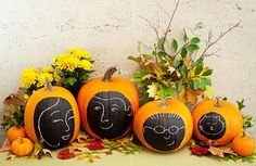 7 Quick and Easy Indoor Halloween Decorating Ideas Make a pumpkin family portrait — no carving! — and other simple but eye-catching fall tabletop and mantel arrangements Diy Halloween, Easy Halloween Decorations, Holidays Halloween, Halloween Pumpkins, Outdoor Halloween, Happy Halloween, Halloween Countdown, Halloween Queen, Harvest Decorations