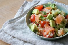 Bulgur salade met gerookte zalm en avocado