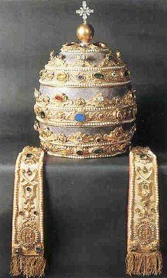 La tiara papale o triregno, che rappresenta il triplice potere del papa come: Padre dei principi e dei re, Rettore del mondo, Vicario di Cristo in Terra.