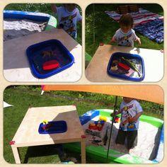 Super Idee, um sich selber einen Matschtisch zu bauen und die Kinder finden's großartig!