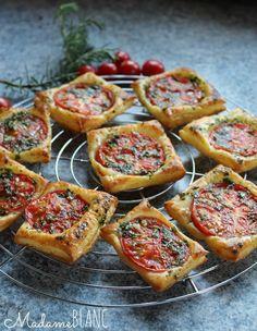 Partyfood Tomatenblätterteigschnitten Rezept Blätterteig Tomate #ichbacksmir #partyrezept