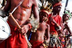 Os caboclinhos são considerados anti-heróis da Festa dos Lambe-Sujos e Caboclinhos, pois são pau-mandados dos brancos. Foto: Lucio Telles.