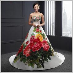 ¿Habéis visto nuestra preciosa colección de vestidos de novia pintados a mano?.   En ocasiones en nuestra más intima soledad, cuando le damo...