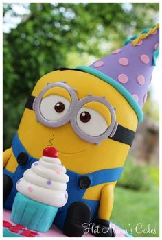 Serve up the cutest minion cake at your next party with these adorable minion cake ideas. So many minion cake tutorials to make! Minion Theme, Minion Birthday, Minion Party, Birthday Cakes, Geek Birthday, Happy Birthday, Birthday Ideas, Minion Cake Tutorial, Fondant Cakes
