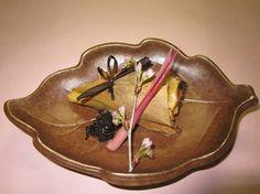 高野山料理 花菱  お早うございます。高野山では、本日春を告げる火祭りが開催されます。是非お山にお越しください。写真は竹の子と刺身蒟蒻の白味噌焼きを竹の子の皮で包んだものです。キャラ蕗とはじかみを添えています https://www.facebook.com/Koyasan.Hanabishi