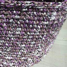 Crocheted trapillo t-shirt yarn basket (Mamanufaktura).