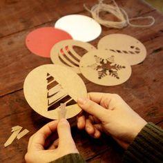 Set de ornamentos navideños en papel. Se venden en www.mrwonderfulshop.es #fiesta #decoracion #navidad #christmas