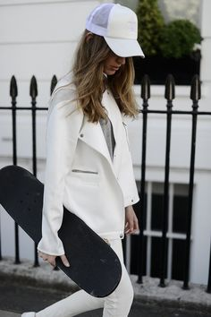 Skateboarding in style. I dig it Fashion Blogger Style, Mode Style, Style Me, Girl Style, Simple Style, Coco Chanel, Sporty Chic, Womens Fashion For Work, White Fashion
