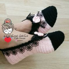Yeni güne, yeni haftaya ve sizlere merhaba 🙋 Siyah dantelin kullanıldıg. Hello to the new day, to the new week and to you şık I love the stylish look of the black lace everywhere 👍 Great on the Crochet Slipper Boots, Crochet Slipper Pattern, Knitted Slippers, Crochet Patterns, Bunny Slippers, Crochet Woman, Crochet Baby, Knit Crochet, Knitting Socks