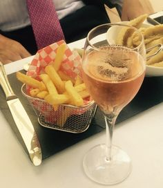 A great combination for this weekend: fries and #Champagne