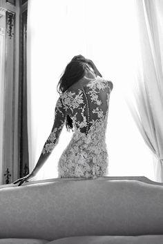 Brautkleid aus Spitze mit großen Blüten. Lange Ärmel und hoch geschlossener Rücken.
