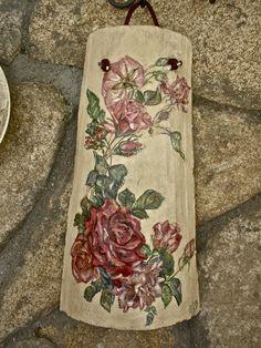 Con servilleta de papel.    Hecha por  Josefa Castro. Roof Tiles, Altered Bottles, Diy Home Decor On A Budget, Floral Tie, Diy And Crafts, Recycling, Rustic Burlap Crafts, Easy Crafts, Clay Roof Tiles