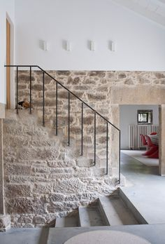 Stone by staircase- Casa de campo en Ulloa Interior Architecture, Interior And Exterior, Exterior Paint, Exterior Design, Beton Design, Stair Railing, Banisters, Stone Houses, Contemporary Interior Design