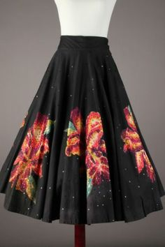 Beautiful 50s-60s Black Floral VTG Hand Painted Mexican Circle Skirt 50s Vintage, Vintage Skirt, 1950s Fashion, Vintage Fashion, Mexican Skirts, Madame Gres, Circle Skirts, Mexican Fashion, Azzedine Alaia