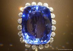 The Logan Sapphire brooch contains one of the world's largest Ceylon blue sapphire gemstones at 422.99 carats. This magnificent gem comes from Sri Lanka, and is surrounded by twenty white diamonds.