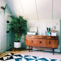 """Polubienia: 412.7 tys., komentarze: 1,178 – Zoella (@zoella) na Instagramie: """"Another little home snippet but up in my office this time! A touch of mid-century in this room with…"""""""