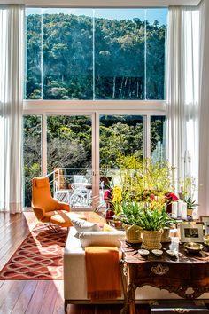 Casa na serra fluminense tem design do arquiteto Jimmy Bastian Pinto - Casa | A poltrona amarela Repôs, de Antonio Citterio.