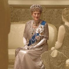 Queen Elizabeth's favorite Vladimir tiara makes an appearance in the new Downton Abbey film. Here's what you need to know about it and what it looks like. Downton Abbey Characters, Downton Abbey Movie, Gentlemans Club, Movie Costumes, Cool Costumes, Downton Abbey Filming Locations, Geraldine James, Jessica Brown Findlay, Lady Mary