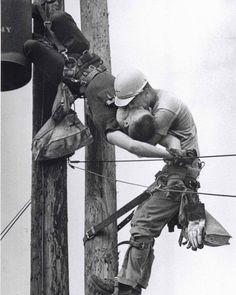 « Kiss of life » (baiser de la vie): JD Thompson pratique le bouche-à-bouche à un collègue Randall G pour le réanimer suite à une électrocution.