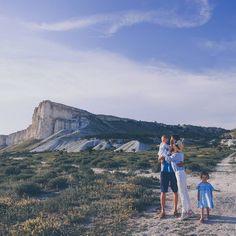 Все начинается с мыслей.  Я создаю счастье в моей голове и оно становится реальностью.  Фотограф @mashakasilova  #миниесения #3года… Monument Valley, Family Photos, Grand Canyon, Nature, Travel, Family Pictures, Naturaleza, Viajes, Family Photo