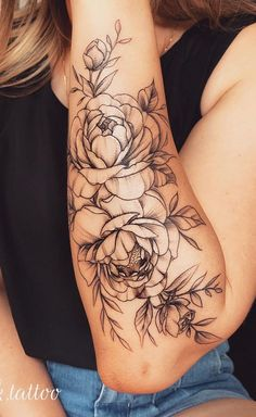 foot tattoos for women flowers Floral Foot Tattoo, Flower Tattoo Arm, Flower Tattoo Shoulder, Rose Tattoo On Hand, Upper Arm Tattoos, Forearm Tattoos, Body Art Tattoos, Shoulder Tattoos For Women, Sleeve Tattoos For Women