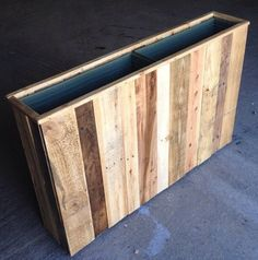 Aufgearbeiteten Palette Holz Pflanzerkasten & Etsy The post Reclaimed Pallet Wood Planter Box appeared first on Home Decor Wholesalers. Pallet Planter Box, Wooden Planter Boxes, Garden Pallet, Palette Diy, Wood Pallets, Pallet Wood, Outdoor Pallet, Pallet Pergola, Pallet Lounge