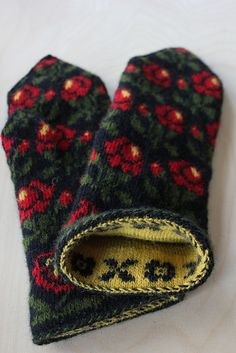 Breathtaking Crochet So You Can Comprehend Patterns Ideas. Stupefying Crochet So You Can Comprehend Patterns Ideas. Knitted Mittens Pattern, Crochet Mittens, Knitted Gloves, Knit Crochet, Knitting Charts, Knitting Socks, Knitting Patterns, Wrist Warmers, Hand Warmers