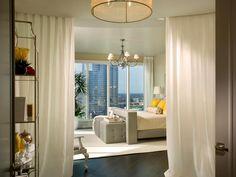 Separación del dormitorio principal mediante el uso de cortinas. Master Bedroom With Curtain Room Divider
