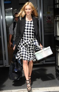 Fearne Cotton spotted leaving BBC Radio 2 in London on August 2016 Kylie Minouge, Fearne Cotton, White Polka Dot Dress, Tv Presenters, Bbc Radio, Minimal Chic, Cotton Style, Celebrity Pictures, Dresses For Work