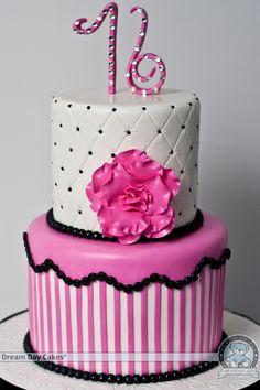 Torta de 2 pisos triple altura decorada en pastillaje en tonos blanco y rosa con borde negro para celebrar 16 años