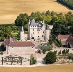 """le château du Rivau nous est connu grâce à la famille de Beauvau, notamment Pierre, grand chambellan de Charles VII, à Jeanne d'Arc qui y passa pour quérir des chevaux et à François Rabelais, grâce à son Gargantua. Le Rivau se compose d'un chateau médiéval, d'écuries Renaissance et de magnifiques jardins classés """"Jardins Remarquables"""", Conservatoire de la Rose Parfumée (CCVS) et Conservatoire de Légumes de la région Centre."""